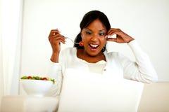 Zdziwiona młoda kobieta target1127_1_ świeżego warzywa sałatki Obraz Stock