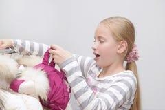 Zdziwiona młoda mała dziewczynka w centrum handlowym Obrazy Royalty Free