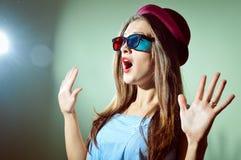 Zdziwiona młoda ładna kobieta patrzeje zadziwiający w 3d szkłach Piękna elegancka romantyczna kobieta Zdjęcia Royalty Free