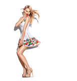 Zdziwiona moda modela dziewczyna ubierał w krótkiej biel sukni zdjęcie royalty free