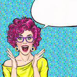 Zdziwiona młoda seksowna kobieta krzyczy lub wrzeszczy w szkłach reklamowy plakat Komiczna kobieta Plotki dziewczyna, Zdjęcie Royalty Free