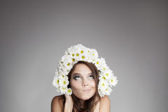 Zdziwiona Myśląca kobieta Z kwiatu wianku Przyglądający Up Fotografia Stock