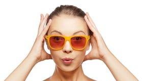 Zdziwiona nastoletnia dziewczyna w okularach przeciwsłonecznych Fotografia Royalty Free