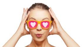 Zdziwiona nastoletnia dziewczyna w różowych okularach przeciwsłonecznych Obrazy Royalty Free