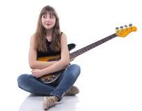 Zdziwiona nastoletnia dziewczyna z basową gitarą Obraz Stock