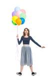 Zdziwiona piękna kobieta trzyma kolorowych balony i ma f zdjęcie royalty free