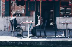 Zdziwiona starzejąca się para sprawdza rachunek w restauraci - Droga restauracja Bill - sprawdzać czeka w Italy obraz royalty free