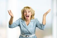 Zdziwiona szczęśliwa dojrzała kobieta zdjęcie royalty free