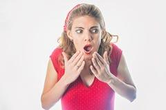 Zdziwiona szpilka w górę dziewczyny w czerwieni Fotografia Stock