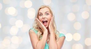 Zdziwiona uśmiechnięta młoda kobieta lub nastoletnia dziewczyna fotografia stock