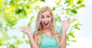 Zdziwiona uśmiechnięta młoda kobieta lub nastoletnia dziewczyna zdjęcie stock