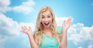 Zdziwiona uśmiechnięta młoda kobieta lub nastoletnia dziewczyna Obraz Stock