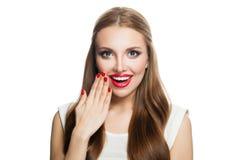 Zdziwiona Wzorcowa kobieta Odizolowywająca na Białym tle Roześmiana dziewczyna z czerwonymi wargami i robiącą manikiur ręką obraz royalty free