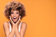 Zdziwiona zadziwiająca piękna afro kobieta z szeroko otwarty uśmiechniętym mou Zdjęcia Stock