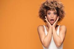 Zdziwiona zadziwiająca piękna afro kobieta z szeroko otwarty usta Zdjęcie Royalty Free