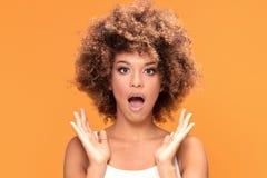 Zdziwiona zadziwiająca piękna afro kobieta z szeroko otwarty usta Obraz Stock