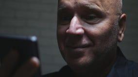 Zdziwionego biznesmena uśmiechu Szczęśliwy Czytelniczy dobre wieści na telefonie komórkowym obraz royalty free