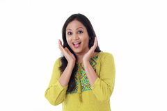 Zdziwionego młodego Indiańskiego kobiety mienia otwarte palmy Fotografia Stock