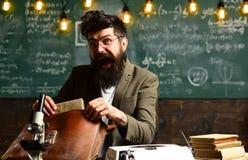 Zdziwionego modnisia otwarta teczka z papierami Brodaty mężczyzna z referatem naukowym w torbie Biznesmen z brodą w szkłach obraz stock