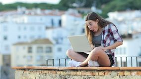 Zdziwionego nastoletniego znalezienia zadziwiająca zawartość na laptopie zbiory wideo