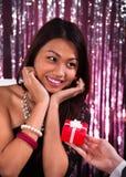 Zdziwionej kobiety Odbiorczy prezent W restauraci zdjęcia royalty free