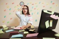 Zdziwiony żeński księgowa kierownik przy miejscem pracy Fotografia Royalty Free