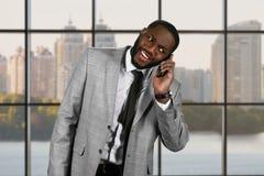 Zdziwiony afro mężczyzna mienia telefon Obraz Royalty Free