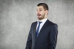 Zdziwiony biznesowy mężczyzna z dziwacznym wyrażeniem zdjęcia stock