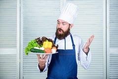 Zdziwiony brodaty m??czyzna szefa kuchni przepis Kuchnia kulinarna vite jarscy ?wiezi sa?atkowi warzywa Dieting organicznie zdjęcie stock