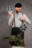 Zdziwiony brodaty projectionist fotografia stock