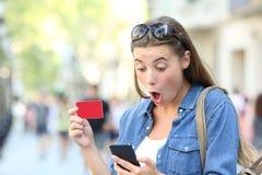Zdziwiony dziewczyny kupienie i znalezienie oferta online zdjęcia royalty free