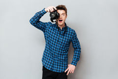 Zdziwiony fotografa działanie zdjęcia stock