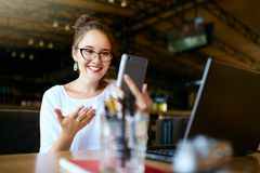 Zdziwiony freelancer mieszał biegowych kobiet spojrzenia przy smartphone i no może wierzyć jej wygrywał loteryjną nagrodę Pomyśln fotografia stock