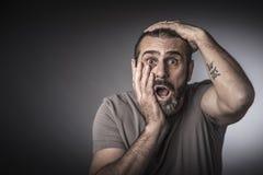 Zdziwiony mężczyzny studia strzał zdjęcia stock