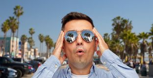 Zdziwiony m??czyzna w okularach przeciws?onecznych nad Venice pla?? zdjęcia royalty free