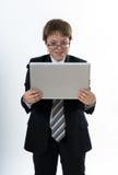 Zdziwiony nastoletni chłopak z laptopem obrazy royalty free