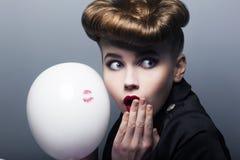 Zdziwiony przyczepia z balonem kupujący dziewczyny Fotografia Stock