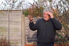 Zdziwiony starsza osoba mężczyzna. zdjęcia royalty free