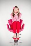 Zdziwiony szpilki dziewczyny obsiadanie na krześle Obrazy Royalty Free