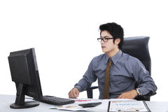 Zdziwiony wyrażenie mężczyzna w miejscu pracy Fotografia Royalty Free