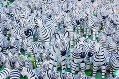 Zebr statuy z czarny i biały liniami jako tło Fotografia Stock
