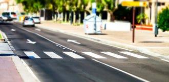 Zebra pedonale attraverso la via Fotografie Stock Libere da Diritti