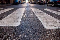 Zebra transversal pedestre molhada imagens de stock royalty free