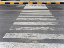 Zebrastreifen auf der Straße Stockfoto