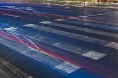 Zebrastreifen für Fußgänger nachts lizenzfreie stockfotos