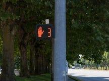 Zebrastreifenhandsymbolzeichen auf einem Beitrag lizenzfreies stockfoto