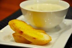 Zeckensuppe mit Brot Stockfoto