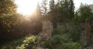 Zeda-gordi, Georgia Остатки дворца столетия принцев 18 в парке Dadiani в каньоне Okatse в заходе солнца или восходе солнца видеоматериал