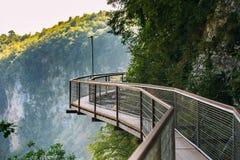 Zeda-gordi Georgia Sikt av den smala den upphängningbron eller hängen Royaltyfria Foton