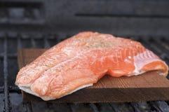 Zeder-Planke-Lachse auf Grill lizenzfreie stockfotos
